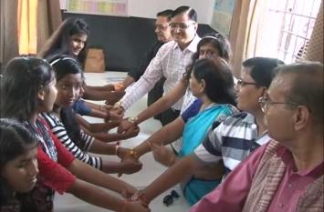 रक्षा बंधन: निठारी की लड़कियों ने लोगों को बांधा रक्षासूत्र, निठारी कांड जैसी घटना दोबारा न होने देने का लिया वचन