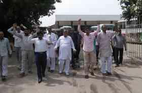मांगों को लेकर रोडवेज कर्मचारियों ने प्रदर्शन कर नारेबाजी की