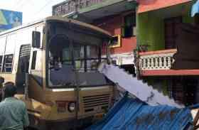 बेकाबू एमटीसी बस दुकान और मकान से टकराई