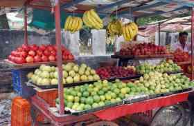 त्योहारी सीजन में आसमान छू रहे मिठाई और फल-सब्जी के दाम