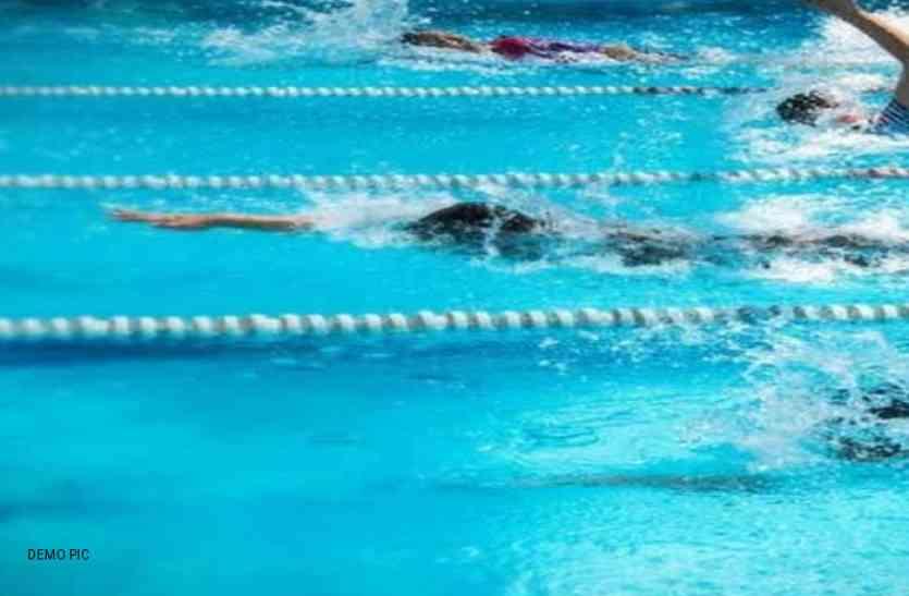 लोग बाढ़ में फंसे रहे, बच्चों के तरणताल में तैरते रहे 150 जवान