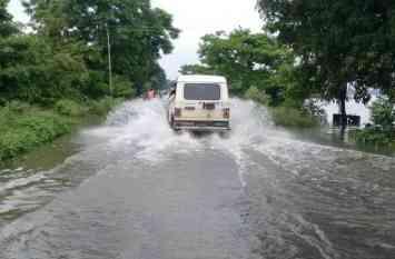 तस्वीरों में देखें, बाढ़ का कहर, नदियां खतरे के निशान से ऊपर