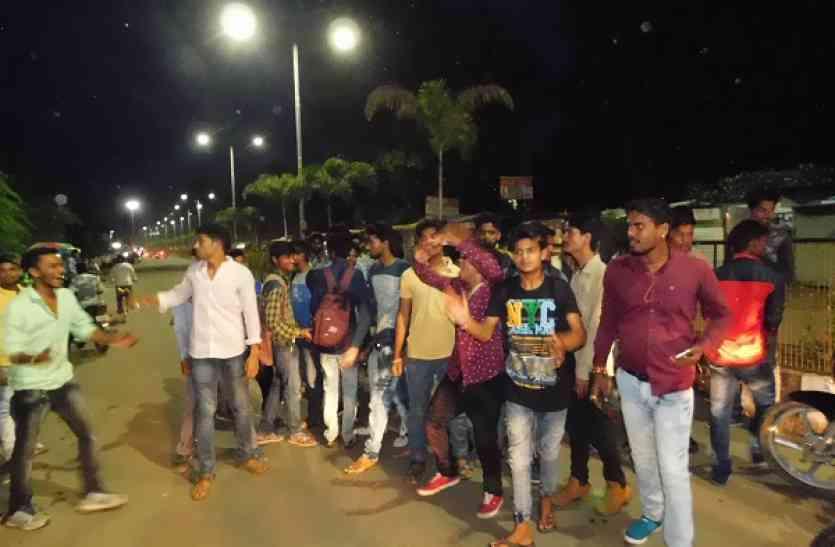 प्रवेश की मांग को लेकर छात्रों ने कॉलेज में किया हंगामा