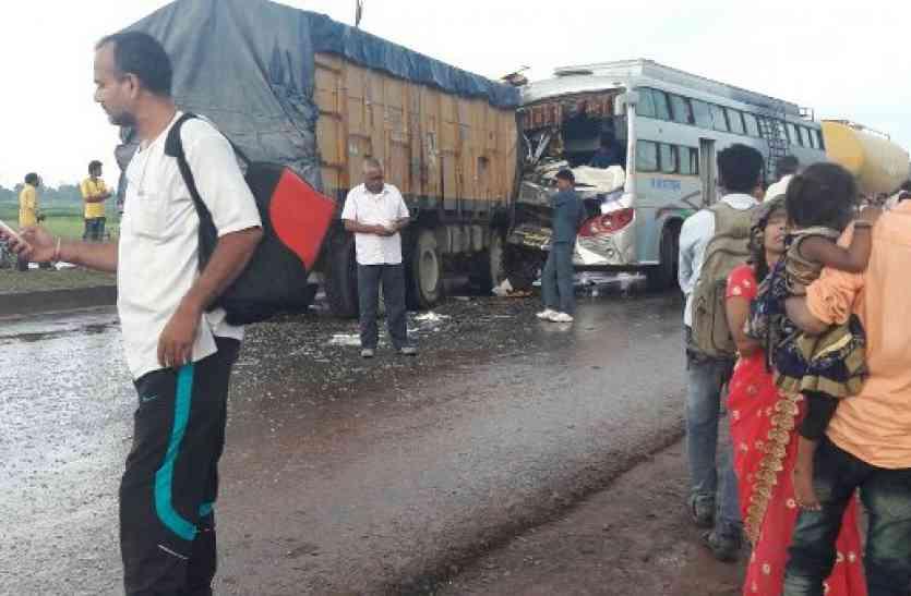बस-ट्रक की भिड़ंत में दो दर्जन यात्री घायल, ट्रक की बॉडी काटकर चालक को निकाला