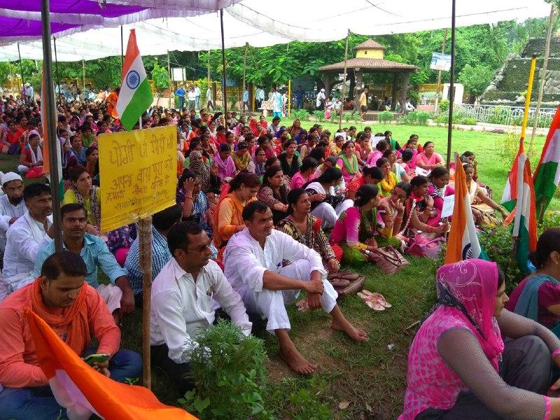 shiksha mitr protest in uttra pardes