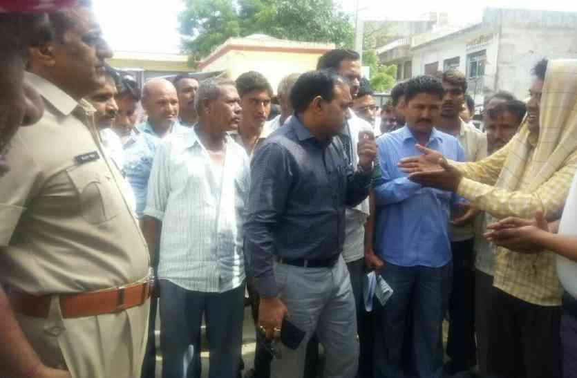अस्पताल की लापरवाही के विरोध में ग्रामीणों ने चार घंटे किया प्रदर्शन, लापरवाही पर दो कार्मिक एपीओ