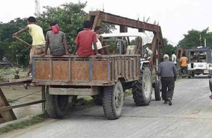 बिहार बाढ़: अररिया में पुल से लाश फेंकने की तस्वीर हुई वायरल, डीएम ने बैठाई जांच