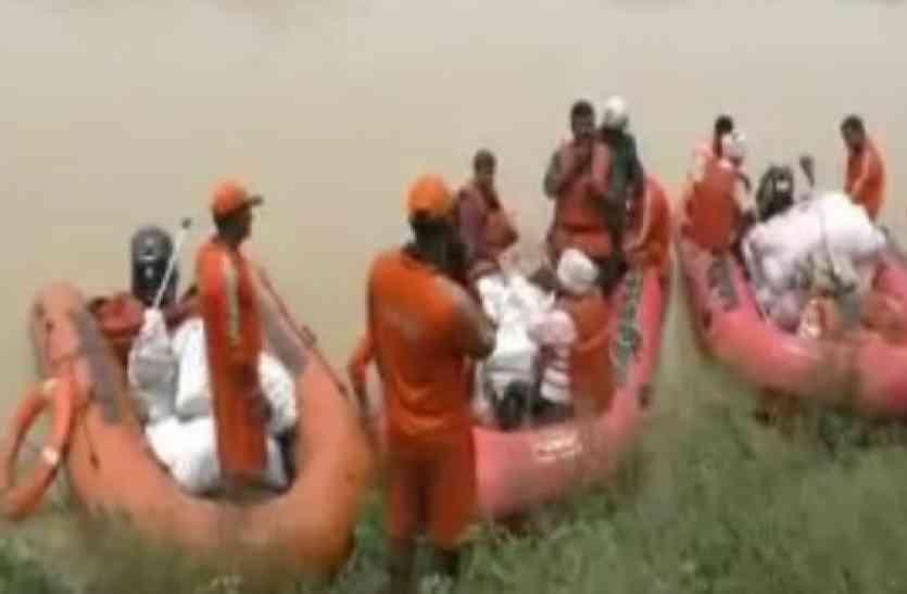 NDRF की मदद से बाढ़ से घिरे गांवों तक पहुंचायी गई राहत सामग्री