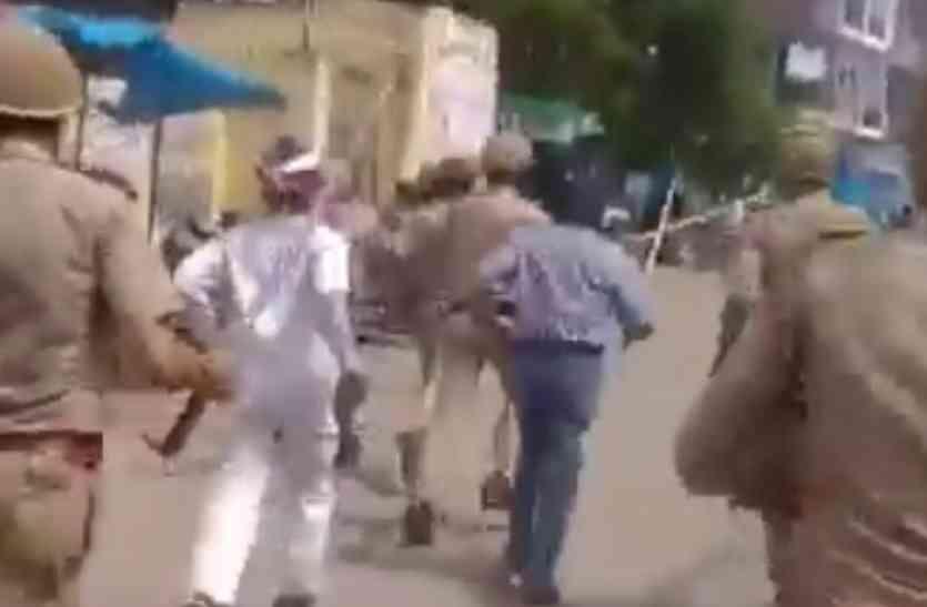 भर्थना के पूर्व सांसद की हुई गिरफ्तारी, जमकर हुआ बवाल, पुलिस ने सपा कार्यकर्ताओं को खदेड़ा