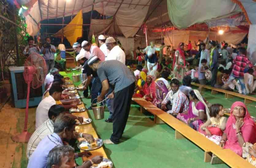 केवल अजमेर में दिखता यह साम्प्रदायिक सौहार्द, बाबा रामदेव भण्डारे में मुस्लिम भाई जिमा रहे भोजन