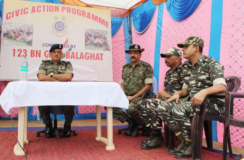सीआरपीएफ ने लगाया शिविर, ग्रामीणों की सुनी समस्याएं