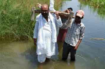 बाढ़ का कहर: कांग्रेस नेता ने मासूम को गोद में लेकर पहुंचाया सुरक्षित स्थान, बच्ची का था पैर फैक्चर