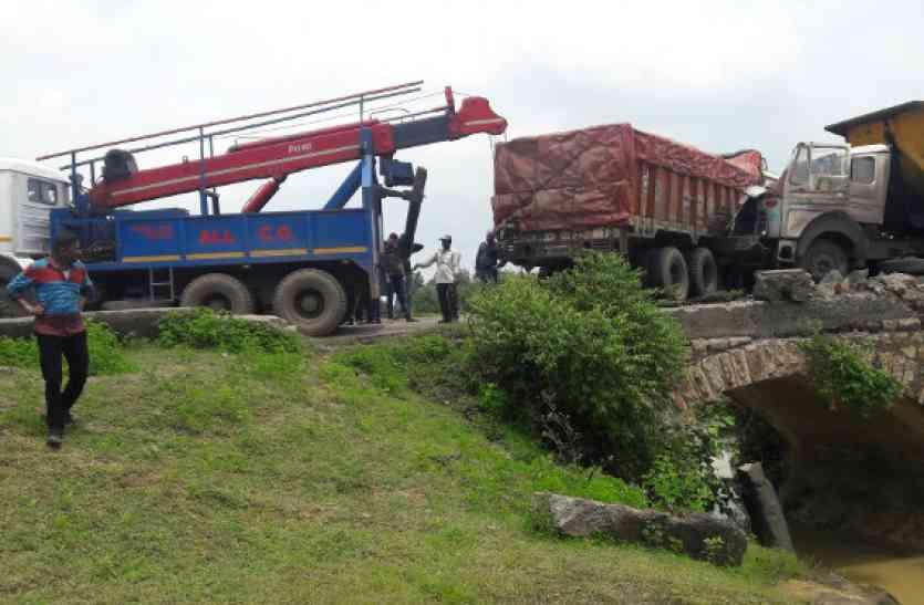 सुतर्रा के पास एनएच पर ट्रक, ट्रेलर से टकराई, 12  घंटे मार्ग जाम