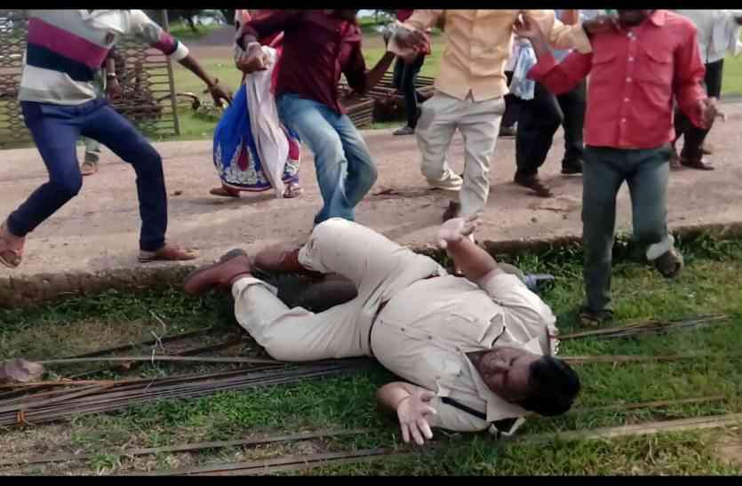 हिंसक प्रदर्शन, पुलिस को लात घूंसों से पीटने के बाद पुरूषों ने छोड़ा गांव, बचे 67 जेल में