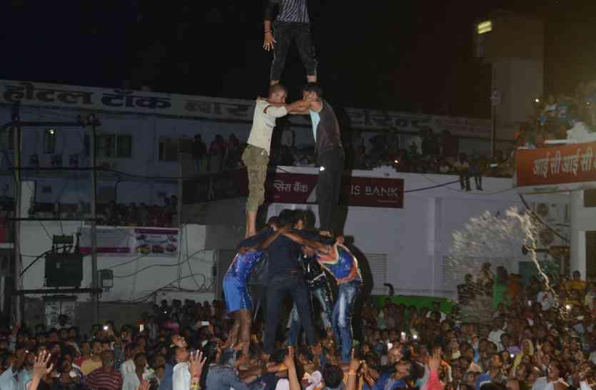 पौने दो घंटे के प्रयास में बना पिरामिड, तब लवाणा के युवा ने फोड़ी मटकी : गूंज उठे श्रीकृष्ण के जयकारें