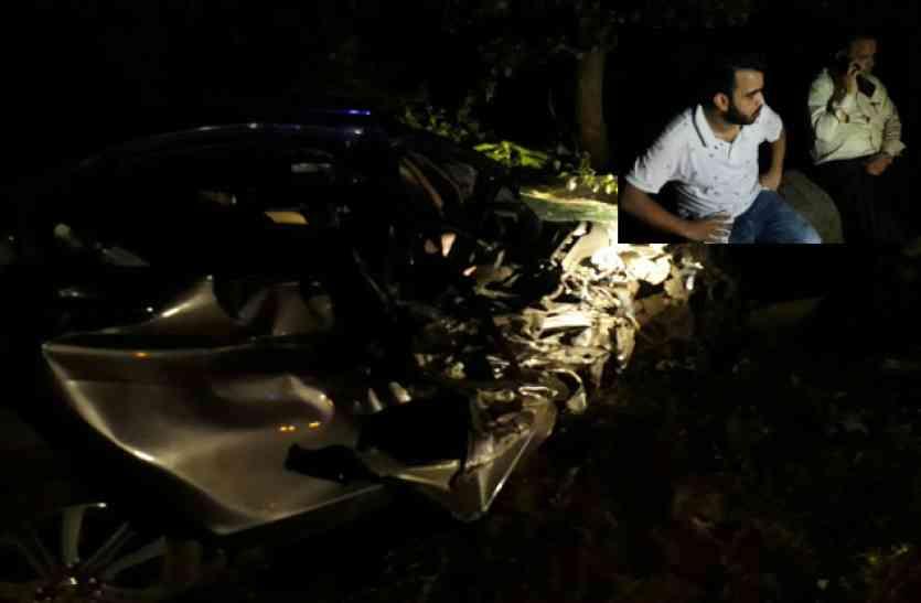 कार के उड़े परखच्चे, सीट बेल्ट आैर एयरबैग ने बचा ली बाप बेटे की जान