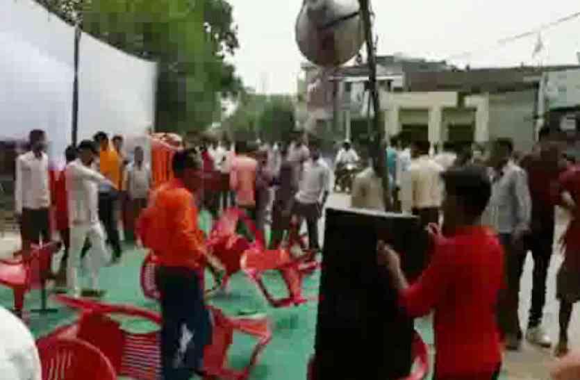 VIDEO : मेनका गांधी के कार्यक्रम में फेंकी गईं कुर्सियां, पुलिस से झड़प