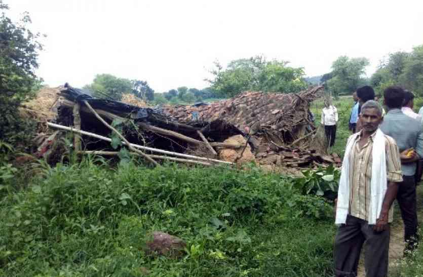 गहरी निद्रा में सो रहे 4 सदस्यों के ऊपर धराशायी हुआ कच्चा मकान, मलबे में दबने से 3 की मौत