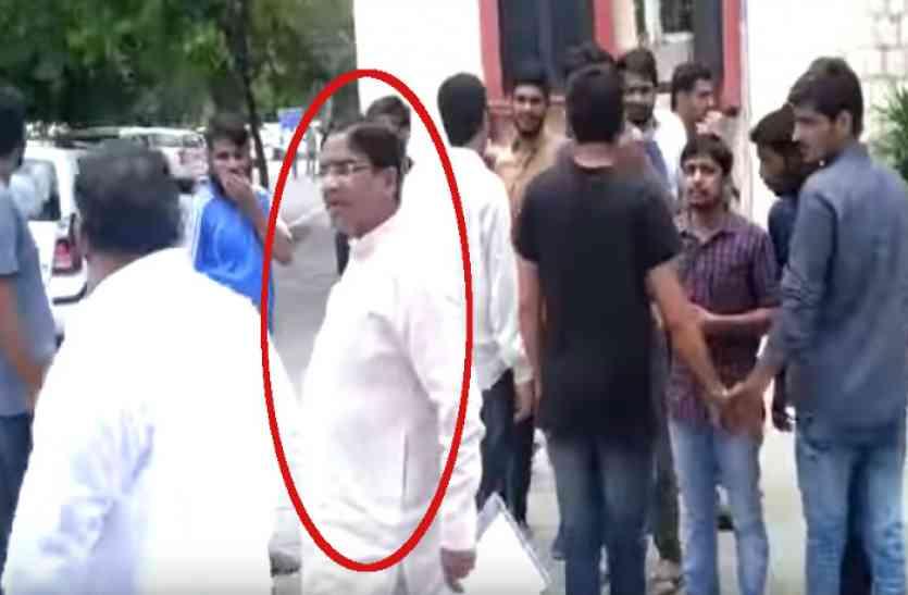 राजस्थान के BJP MLA को यूनिवर्सिटी कैम्पस से बाहर निकालने में पुलिस के भी छूटे पसीने, गुस्साए छात्रों ने निकाल डाली कार की हवा