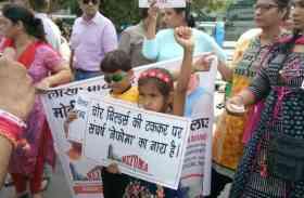 तपती धूप में आशियाने के लिए मासूम बच्चों ने PM मोदी का पोस्टर लेकर निकाला मार्च, देखें तस्वीरें