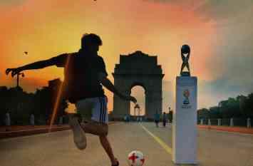 एल-क्लासिको मैच से भी ज्यादा लोग पहुंचे इंडिया गेट पर फीफा अंडर-17 विश्व कप ट्रॉफी देखने