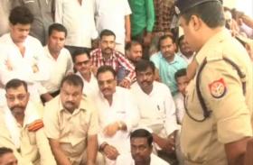 पुलिस पर सपा कार्यकर्ता की हत्या का आरोप, पूर्व मंत्री धरने पर बैठे