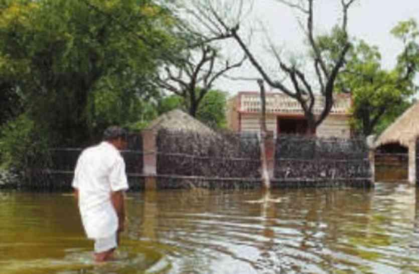 बाढ़ प्रभावित इलाकों का बुरा हाल, 25 दिन बाद भी बाढ़ के पानी में डूबे हैं आशियाने