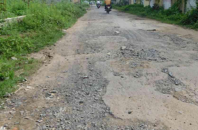 एक ही सड़क को कई बार बनाया, पानी में बहाया जनता का पैसा