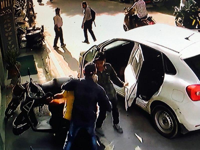 पुलिस ने बताया कि नवकार अपार्टमेंट कृष्णानगर अहमदाबाद निवासी सूरज नारायण शर्मा (60) वाहनों की खरीद फरोख्त व बेचान का काम करता है।