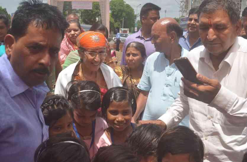पीएम मोदी की पत्नी जशोदा बेन ने उदयपुर में बेटियों को दी ये सीख, कहा.. पढ़ाई पूरी कीजिएगा..
