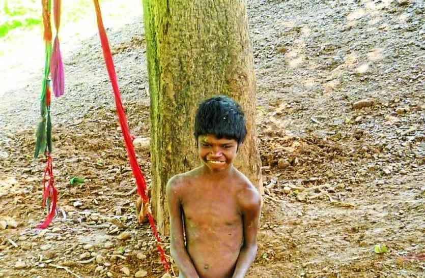 उमेश के जैसा ही जीवा का भी हाल...12 साल से बंधा है पेड़़ से,  क्या इसे  भी मिलेेेेगा सहारा
