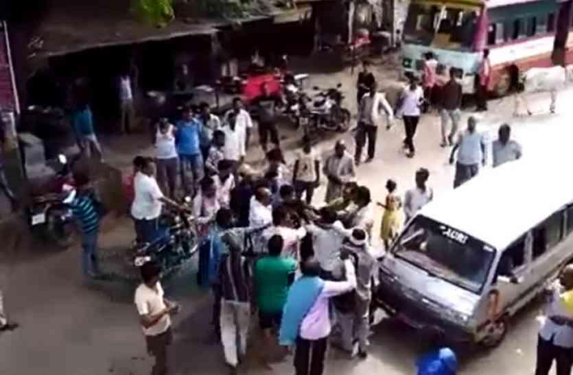 देखिए पिटाई का live video, पुलिस खड़ी देखती रही तमाशा