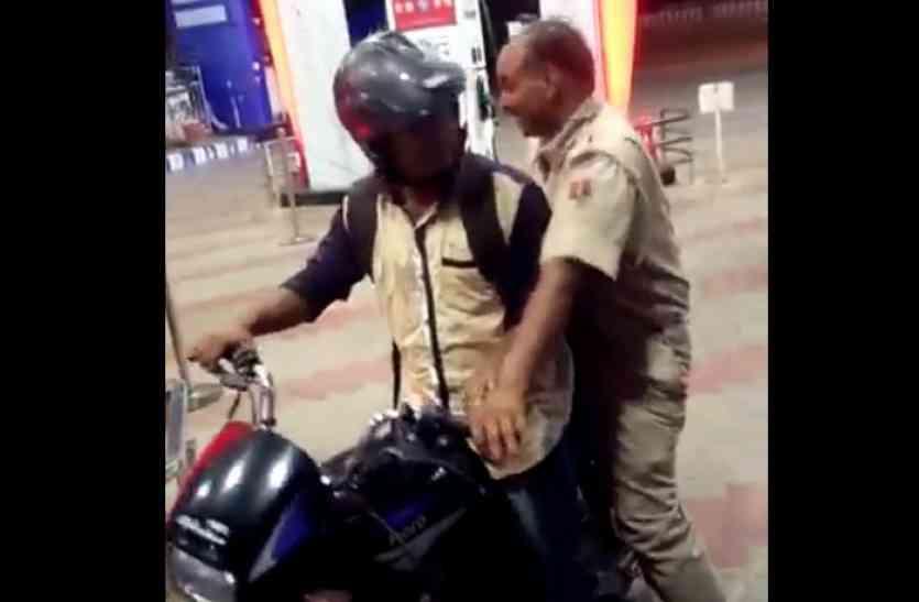 VIDEO: नशे में चूर सिपाही ने युवक से छीन ली बाइक, अब वीडियो हो रहा है वायरल