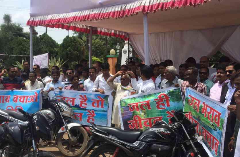 तालाब को नहर के पानी से भरने युवाओं ने निकाली बाइक रैली