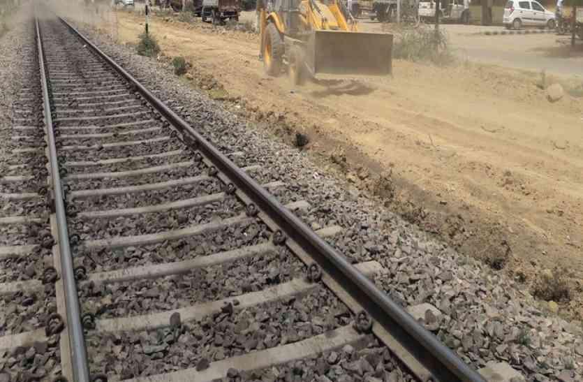 जयपुर-अलवर रेलवे ट्रेक पर ट्रेन की चपेट में आया पुलिसकर्मी, इधर डूबने से महिला की मौत
