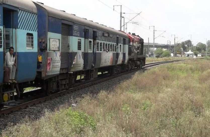 भरी गर्मी में तपती रही ट्रेन, यात्री हुए परेशान
