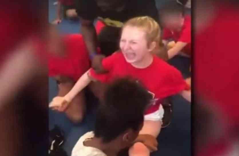 दर्द से तड़प कर रोती रही 13 वर्षीय बच्ची, फिर भी किसी का नहीं पसीजा दिल! वायरल हुआ वीडियो!