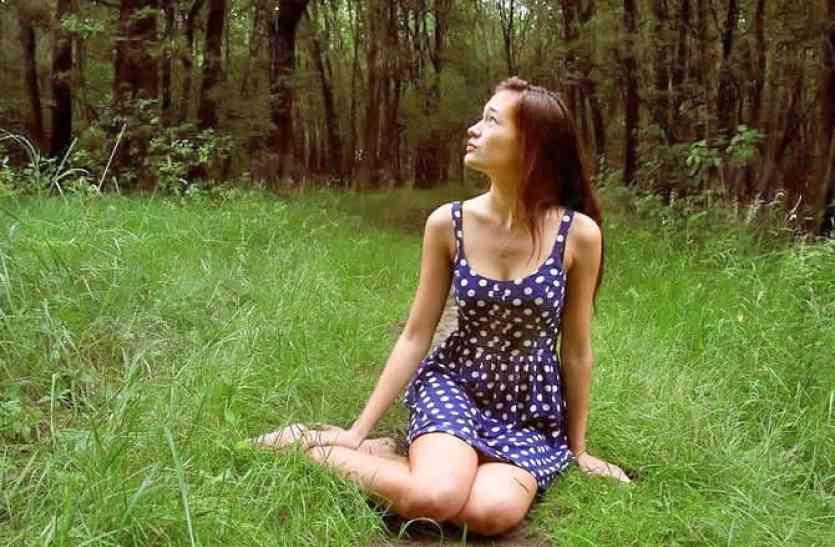 रास्ते में टैक्सी रुका कर जंगल में भागी लड़की, काफी देर तक नहीं आई वापस! जब ढूंढने गया ड्राइवर तो देखा कुछ ऐसा!