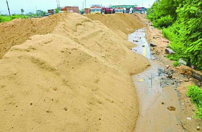 हिरण नदी में रात भर अवैध उत्खनन, दिन में परिवहन