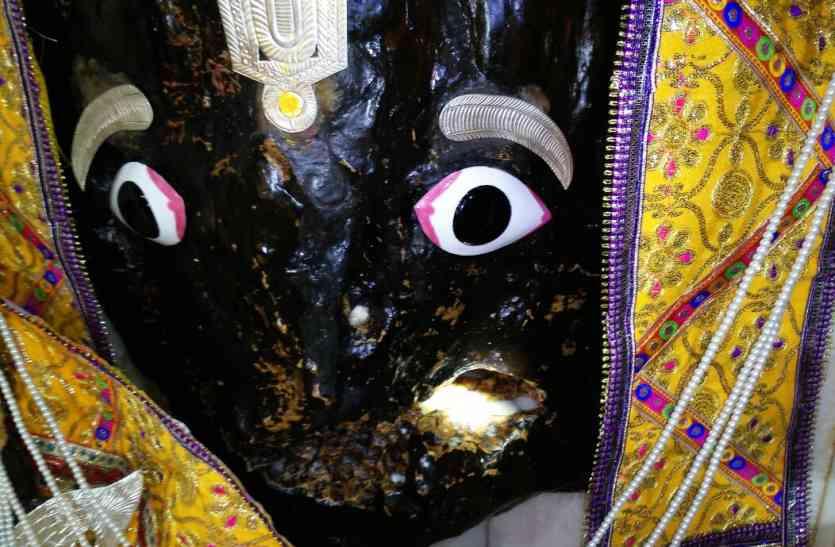 भगवान कामतानाथ की मूर्ति से निकली दूध की धारा, दर्शन के लिए उमड़े श्रद्धालु