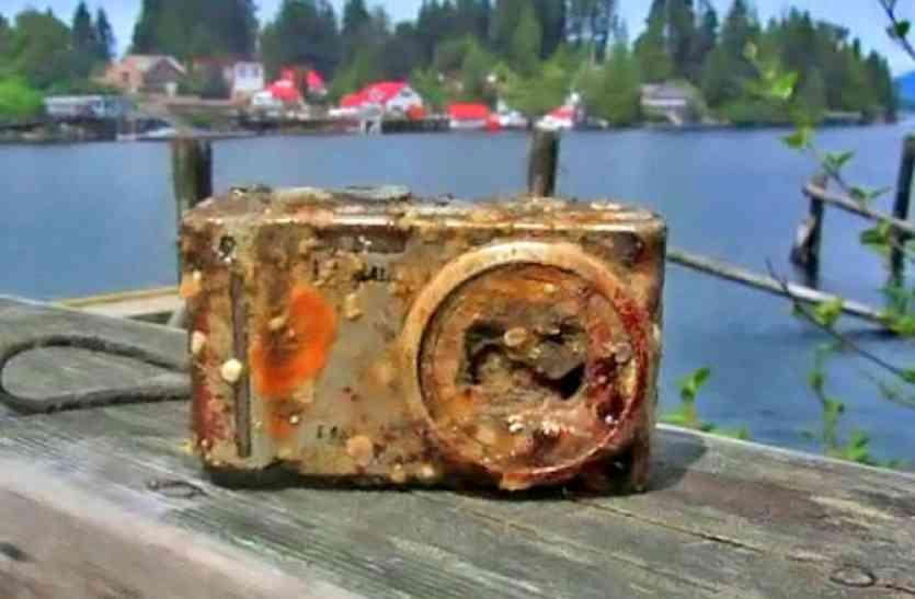समुद्र के अंदर रिसर्च करने पहुंचे दो छात्रों को मिला कैमरा, फिर हुआ यह हैरान कर देने वाला खुलासा!