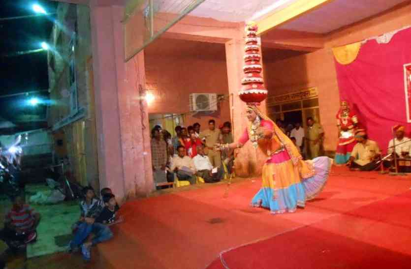 Jaislamer Video- रामदेवरा मेले में नाच-नाच कर सरकारी संदेश देते-देते आया पसीना