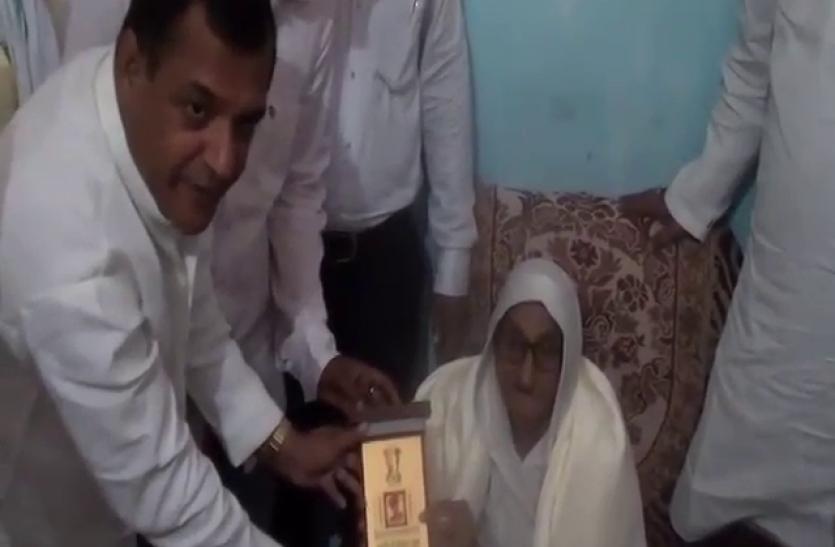 सपा नेताओं ने शहीद वीर अब्दुल हमीद की पत्नी से मांगी माफी, घर जाकर किया सम्मानित