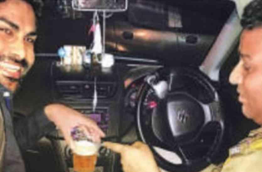 हिस्ट्रीशीटर के साथ इंस्पेक्टर की शराब पार्टी! सोशल मीडिया पर फोटो हुई वायरल