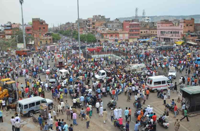 रामगंज उपद्रव : दो घंटे की ढील में बाजारों में उमड़े लोग, आज भी जारी रहेगा कर्फ्यू