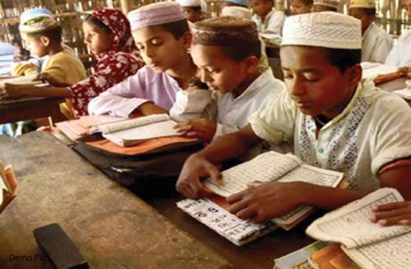 यहां बच्चों को कब्रिस्तान में दी जाती है तालीम, कब्र पर बैठकर तो कभी पेड़ के नीचे पढ़ते हैं इस मदरसे के बच्चे