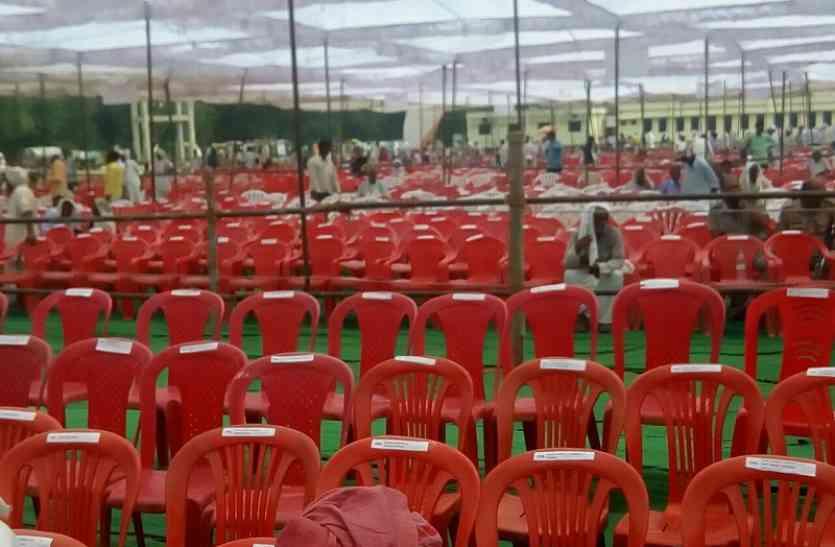 केशव प्रसाद मौर्या के लिए तैयार है पंडाल लेकिन अभी तक नहीं पहुंची भीड़