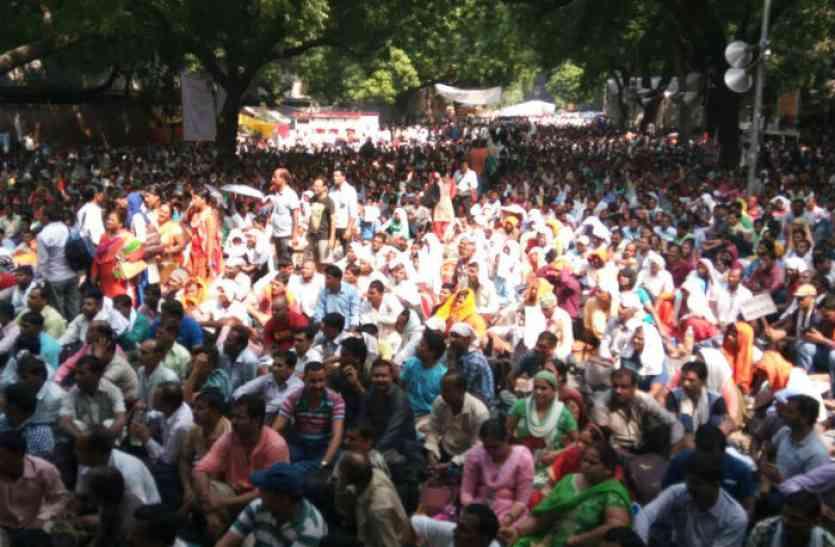 लखनऊ के बाद दिल्ली में गरजे शिक्षामित्र, मोदी सरकार से उठाईं मांगें