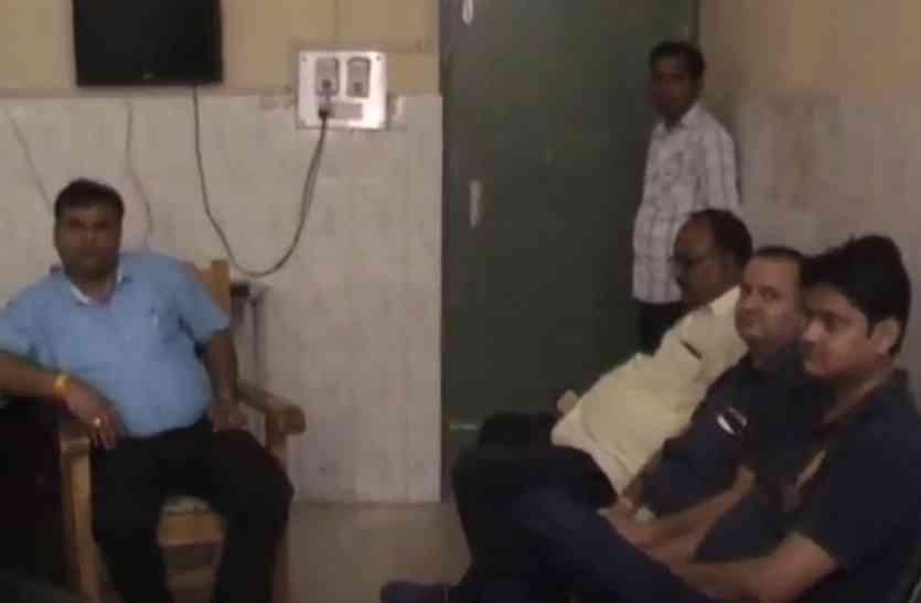 पिटाई से नाराज डॉक्टरों ने दी सामूहिक इस्तीेफे की चेतावनी, डीएम ने बुलाई आपात बैठक