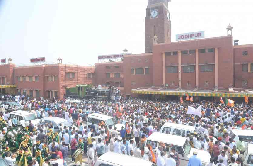 केन्द्रीय मंत्री शेखावत का एेसा हुआ स्वागत की रेलवे स्टेशन से घर तक पहुंचने में लगे ढाई घंटे..